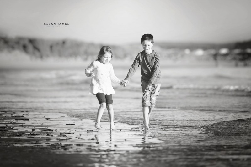 Children-playing-at-Porthcawl-Bridgend-Outdoor-Location-photographer